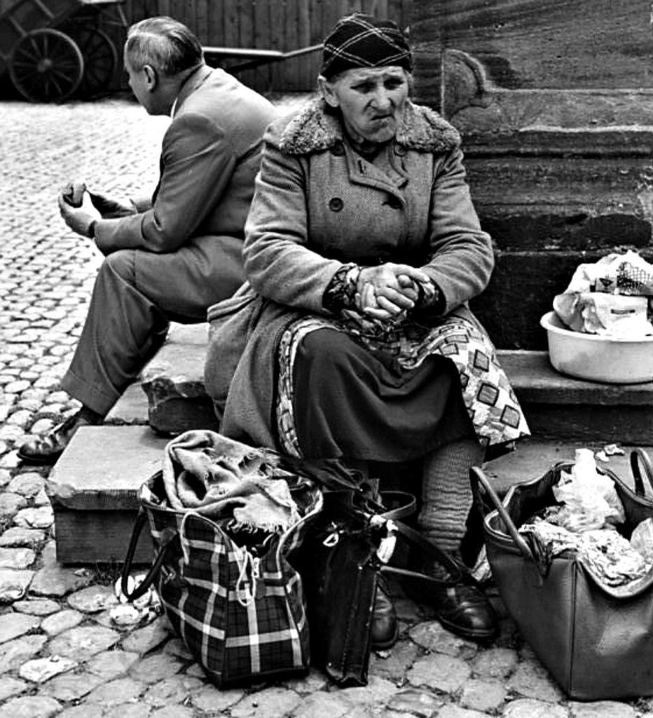 Pause auf dem Wochenmarkt | Quelle: Bundesarchiv B 145 Bild-F010469-0002 Foto: Ludwig