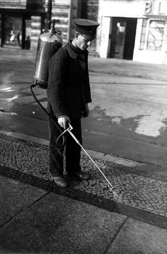 Saubermachen für den nächsten Wochenmarkt | Quelle: Bundesarchiv B 102-14062, Foto: o.Ang.