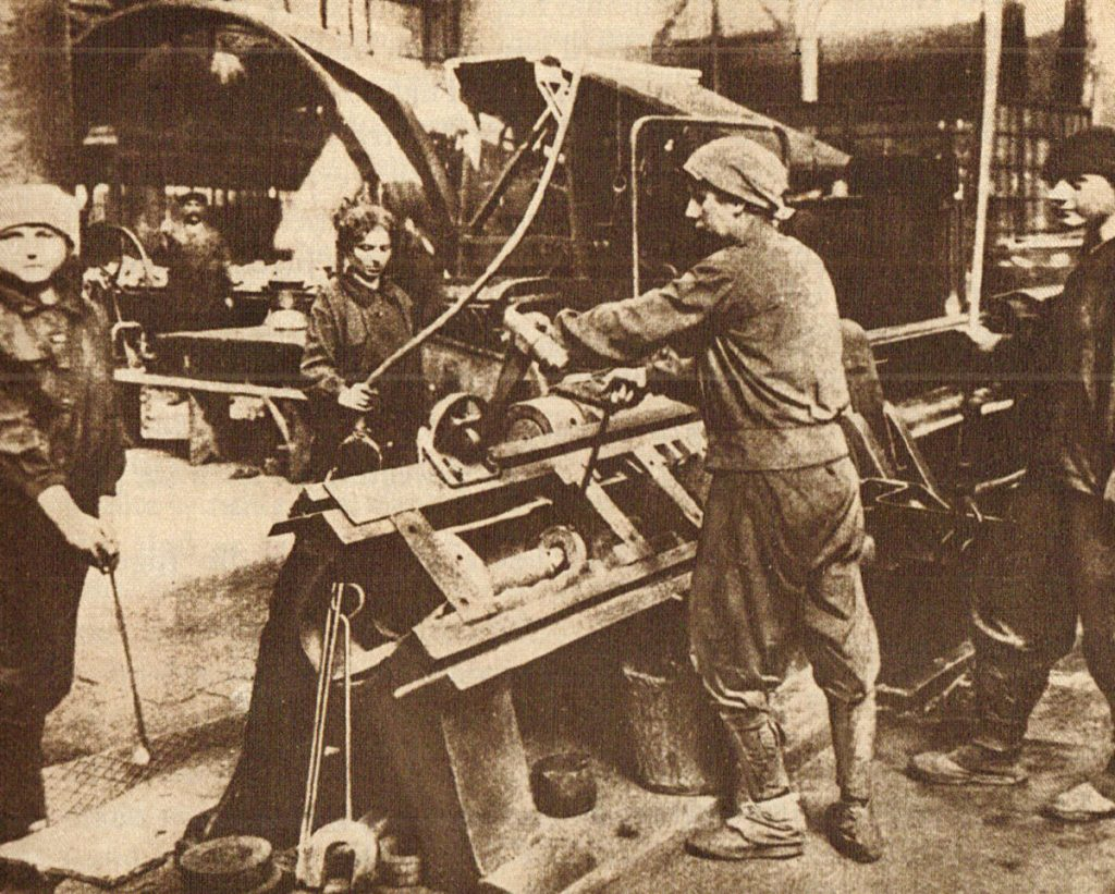 Frauen in der Rüstung   Quelle: Der Arbeiterfotograf, 1926