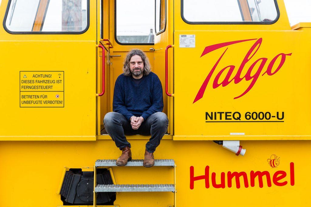Stephan Korte auf einer Rangierlok mit Hybrid-Antrieb| Foto: Giovanni Lo Curto