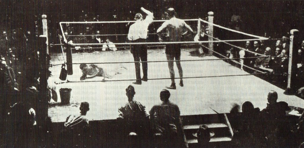 """Boxkampf im Jahre 1921   Quelle: """"Von der Neuen Welt zum Olympiastadion"""" Broschüre 1936"""