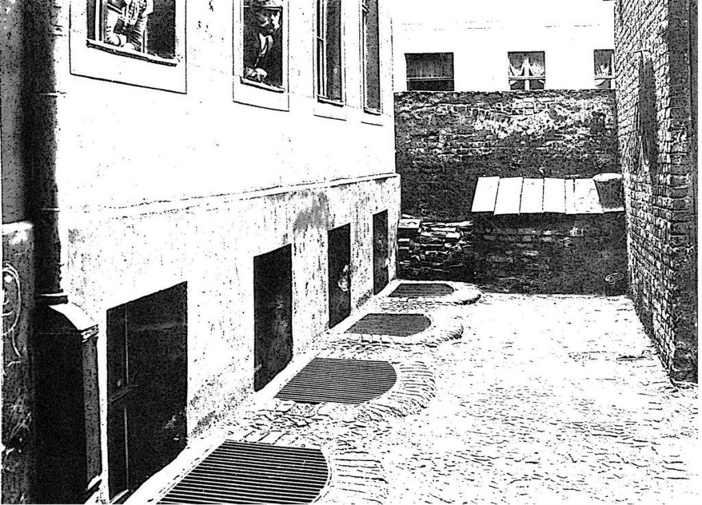 Von den 112 Berliner Wohnungen, die aufgrund ihrer katastrophalen Lage und Ausstattung in den Jahren 1903–19 Kellerwohnung in der Höchsten Straße 18, aus dem Bericht von 1906 (Seite 25).