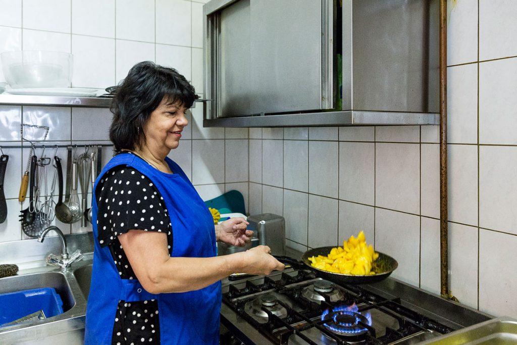 Elke Plagemann vom Schmackofatz mit guter Laune beim Kochen | Foto: Giovanni Lo Curto
