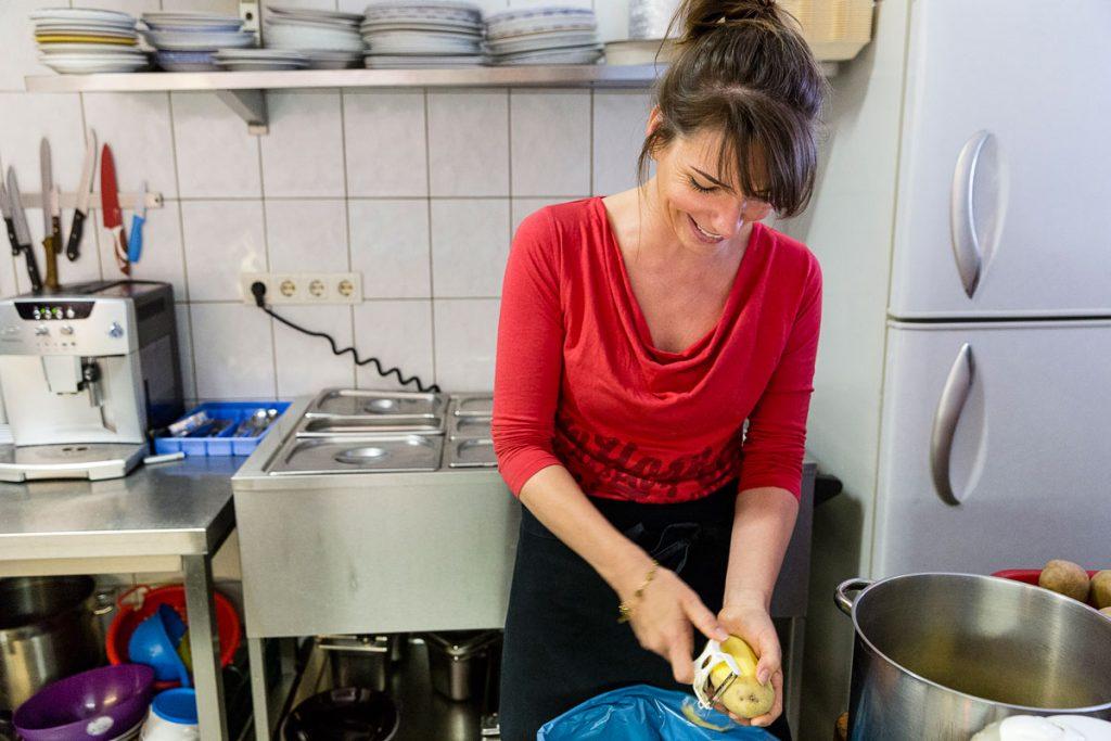 Nicole Axt beim Kartoffeln schälen | Foto: Giovanni Lo Curto