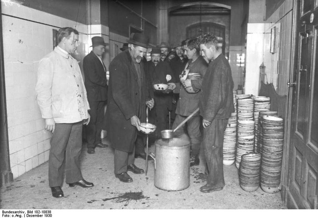 Suppenküche für Wohnungslose um 1930 | Quelle: Bundesarchiv