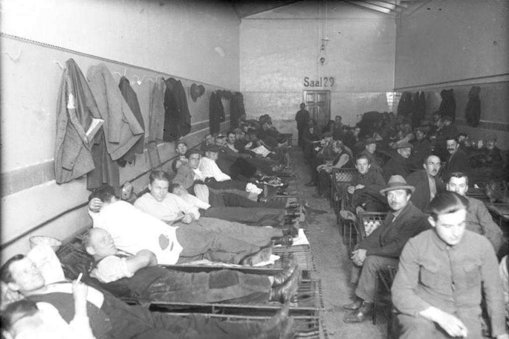 Schlafsaal im Obdachlosen-Asyl | Quelle: Bundesarchiv Bild_102-10839,_Berlin, Schlafsaal im Obdachlosen-Asyl