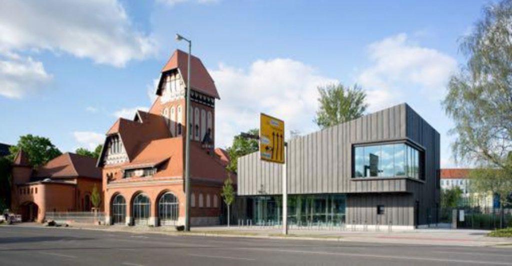 Eine ehemalige Feuerwache: Die Mittelpunktbibliothek Treptow in Berlin |Bild: Bezirksamt Treptow-Köpenick von Berlin