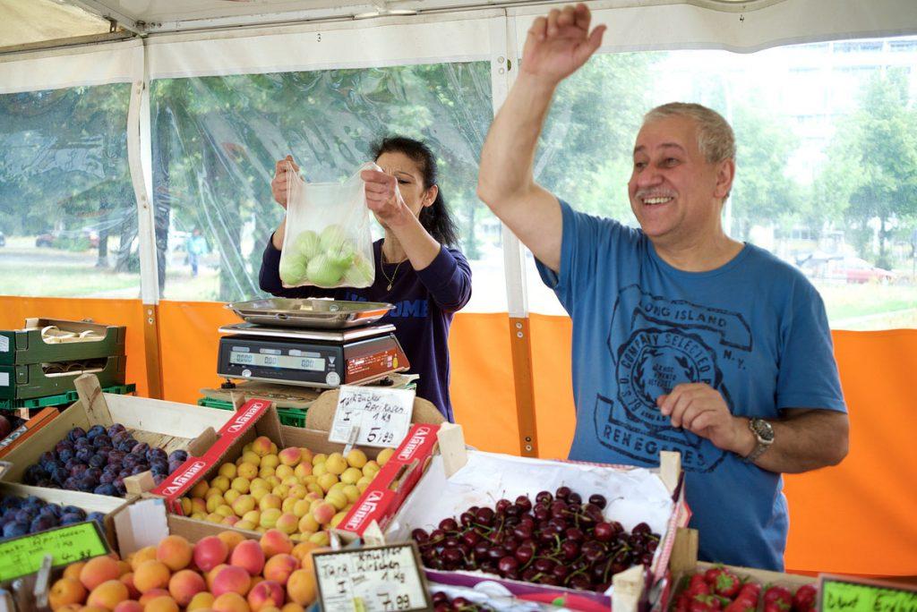 Die Obst- und Gemüsehändler Şükran und Mohamed Asfari vom Platz der Vereinten Nationen | Foto: Anne Winkler