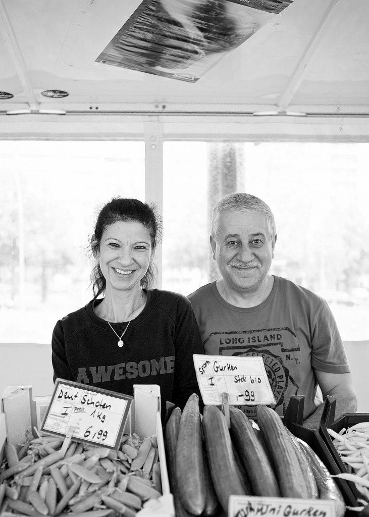 Die Obst- und Gemüsehändler Şükran und Mohamed Asfari vom Platz der Vereinten Nationen | Fotos: Anne Winkler