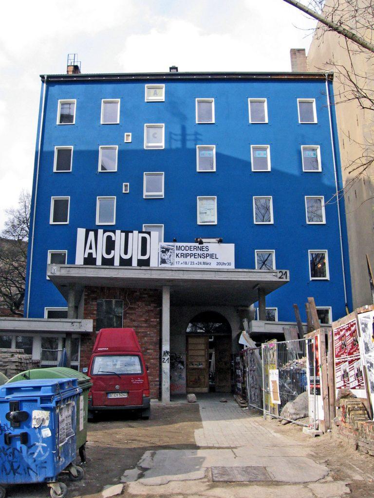 Was machen die Nachbarn? Das ACUD ist bis heute ein Ort, den man gern besucht, immer wieder überraschend in seiner Kombination aus Frische und Kontinuität. | Foto: Kaspar Metz, Wikimedia Commens