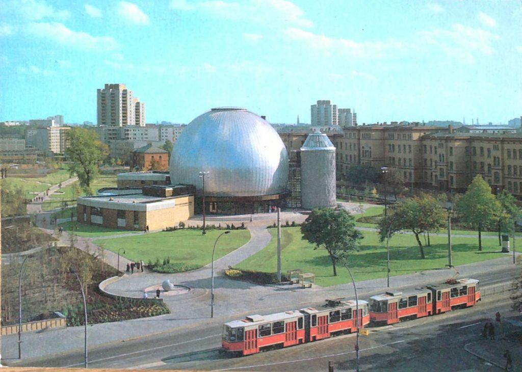 Das Planetarium im Prenzlauer Berg in Berlin, 1987. | Quelle: Postkarte