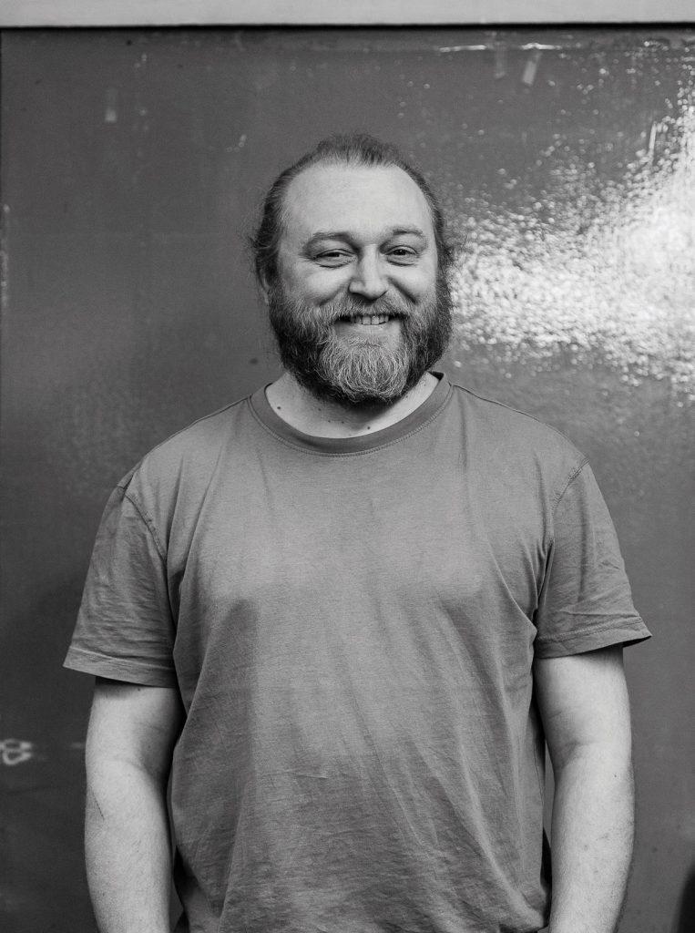 Buchbinder Jan Christodulow von der Druckwerkstatt Regel | Foto: Giovanni Lo Curto