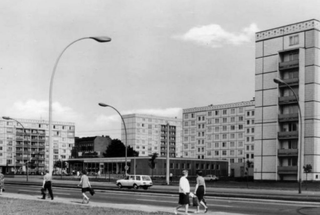 Spracherwerb auf Berlinisch von Dirk Moldt . Quelle: Leninallee um 1970. Postkarte
