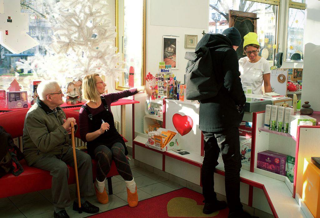 Kundenpflege in Fräulein Beckers Lieblingsapotheke | Foto: Anne Winkler