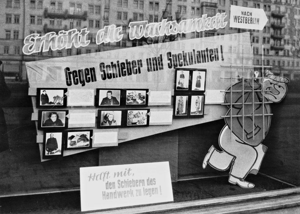 Schaufenster in der Stalinallee | Quelle: FHXB-Museum