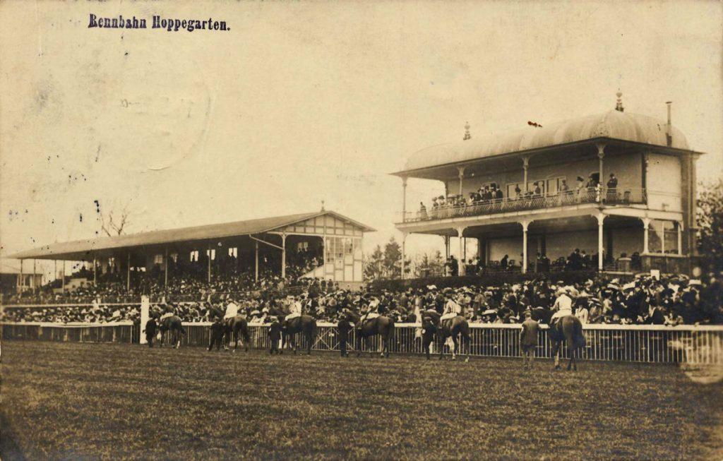 Galopprennbahn Hoppegarten auf einer historischen Postkarte von 1912 | Quelle: Wikimedia