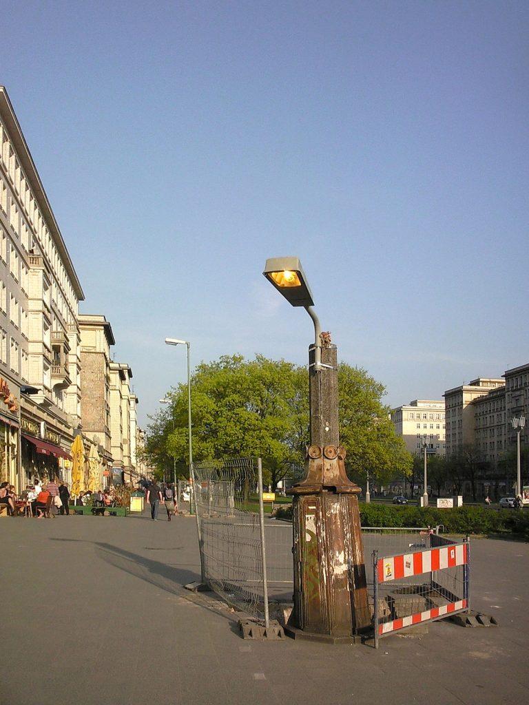 Die Redaktion erzählt Geschichten: Ein kleines Startup in der Warschauer Straße möchte diesen Lampentyp nun als Schreibtischlampe nachproduzieren | Foto: Dirk Moldt