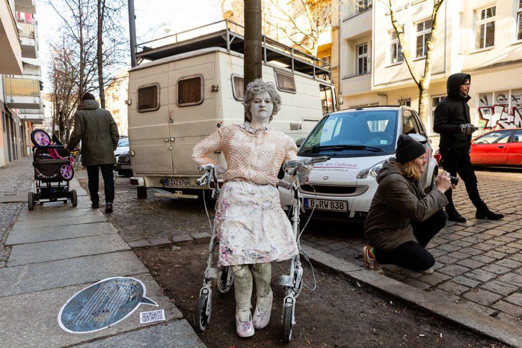 Mit Kunst- und Protestaktionen des Künstlerkollektivs Reflektor Neukölln gegen die wucherndenMIetsteigerungen in der Lenbachstraße 7 | Foto: Giovanni Lo Curto