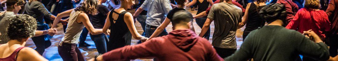 Dabke ist ein orientalischer Kreistanz, der zunehmend auch in Deutschland seine Freunde und Freundinnen findet. Nach dem großen Erfolg eines öffentlichen Workshops veranstaltet Sasha Walz im Radialsystem erneut eine solche Performance, zu der jeder unabhängig von Vorkenntnissen und Alter kommen kann. | Foto: Radialsystem
