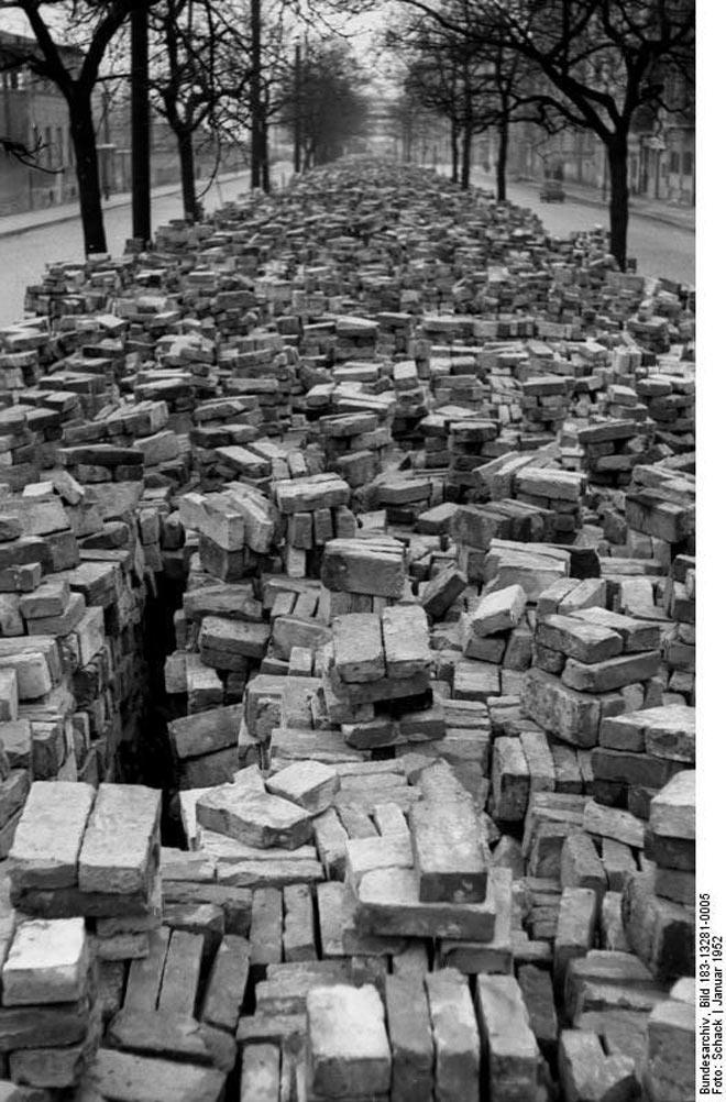 Ziegelsteine des Bunkers zur Wiederverendung in der Friedensstraße | Foto: Schack, Bundesarchiv Bild 183-13281-0005