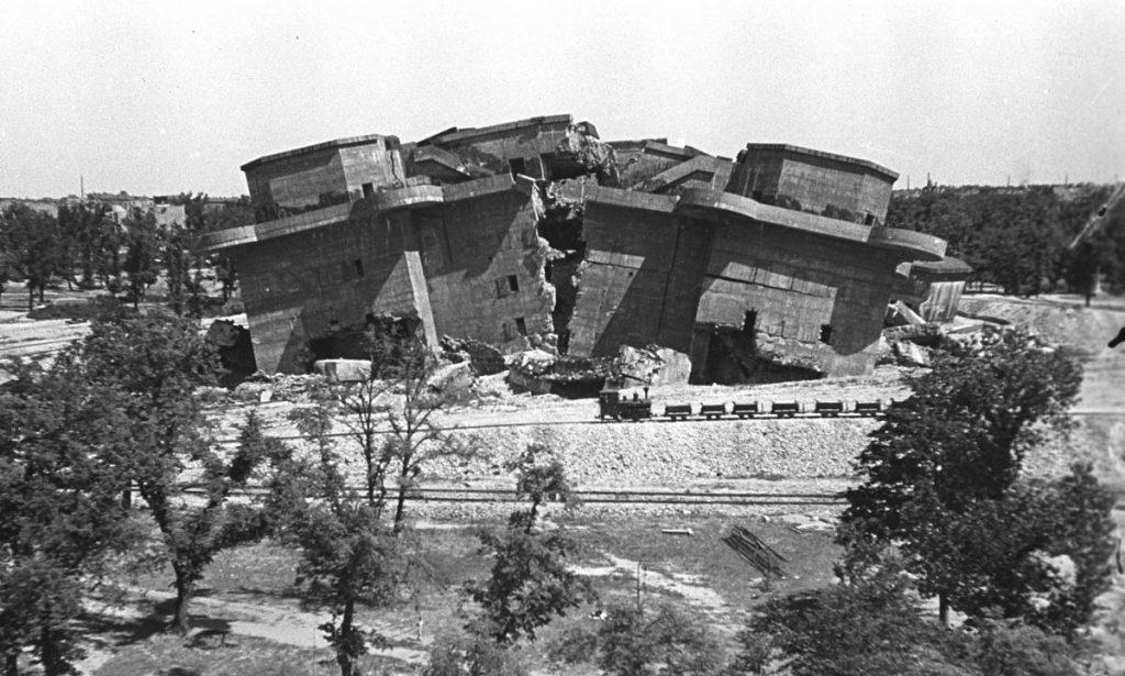 Der geborstene Bunker, Symbol des verlorenen verbrecherischen Kriegs in Friedrichshain wird zugeschüttet. | Foto: Bundesarchiv Bild 183-M1203-316