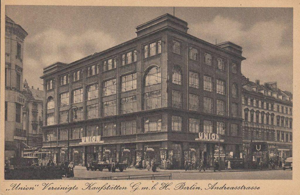 Berlin wird Metropole: Kaufhaus an der Großen Frankfurter Straße in Berlin-Friedrichshain | Quelle: Postkarte
