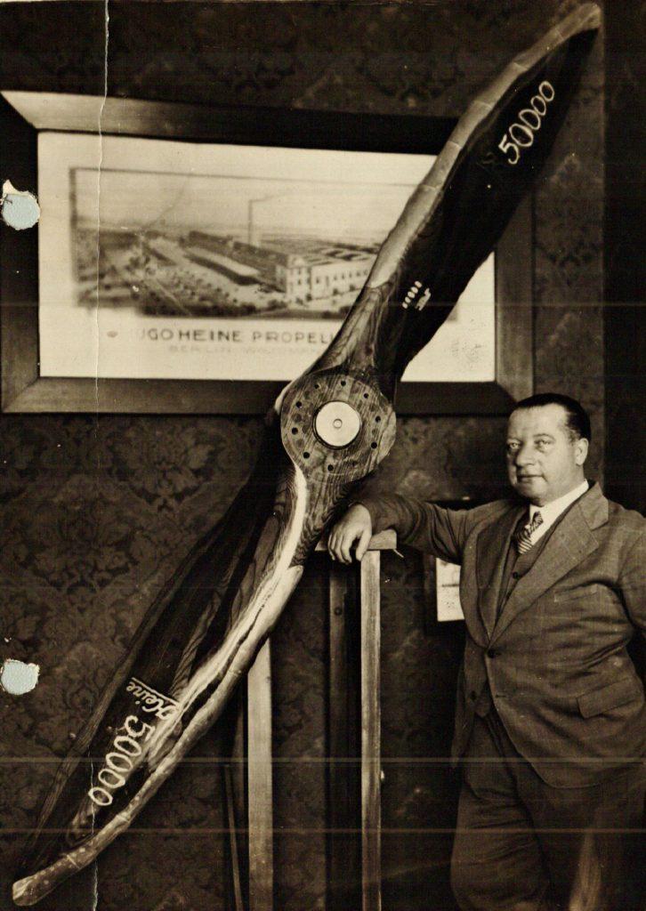 Hugo Heine vor einem Propeller | Quelle: Jubiläumsbuch 1937