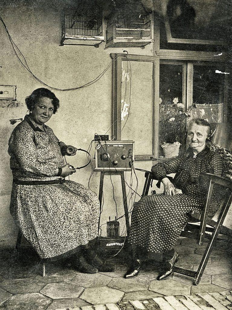 Frauen hören Radio | Quelle: Wiki Commons
