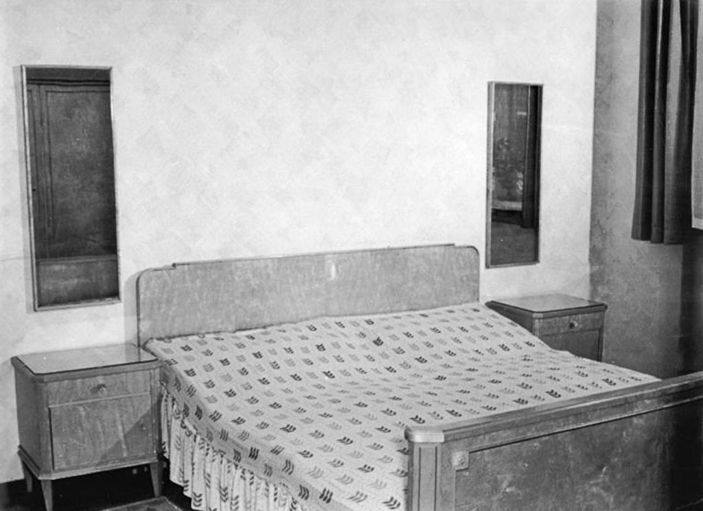Schlafzimmer-Ausstellung der Berliner Möbelwerke | Quelle: Bundesarchiv Bild 183-28466-009t