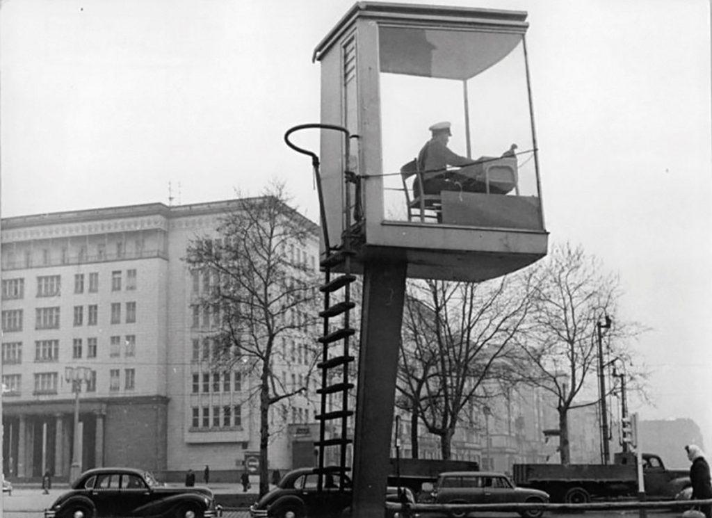 Verkehrsregelung am Frankfurter Tor   Foto: Stolle, Bundesarchiv Bild 183-91638-0001, Wikimedia commons.