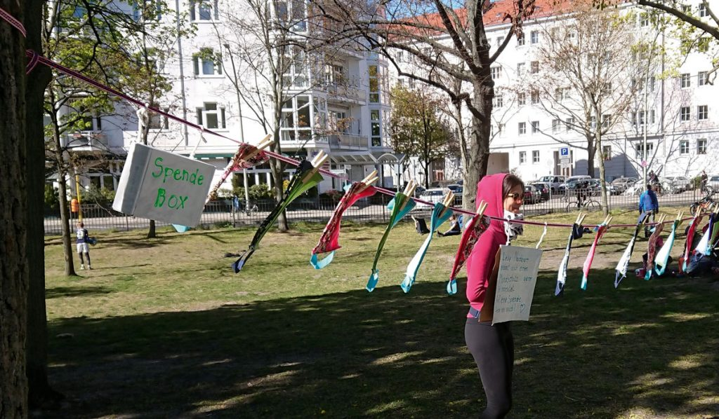 Verkauf von Gesichtsmasken zum Schutz gegen Corona-Viren im Friedrichshainer Park| Foto: Dirk Moldt