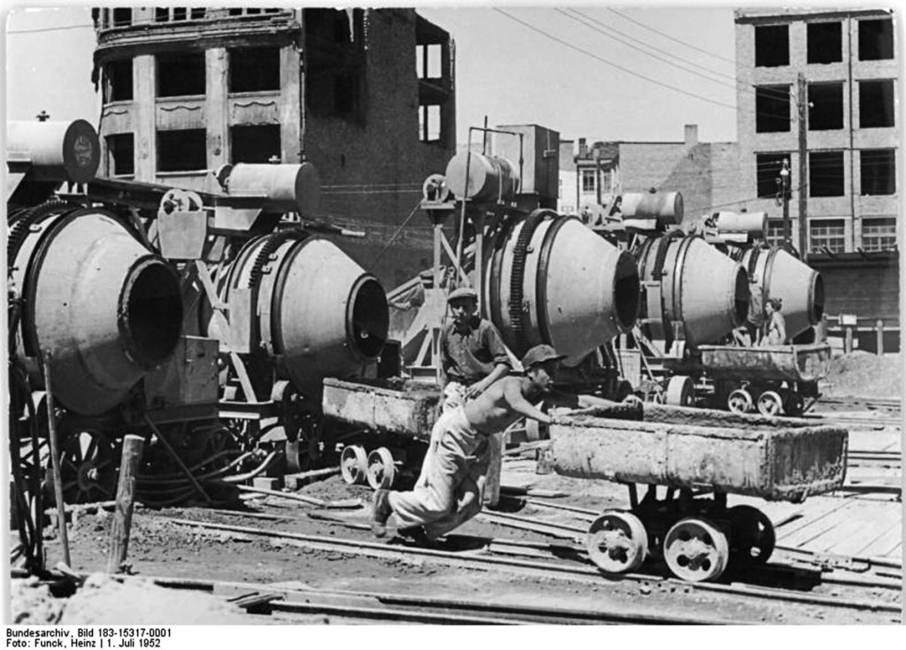 Betonmischer in de Lichtenberger Straße | Quelle: Bundesarchiv Bild 183-15317-0001