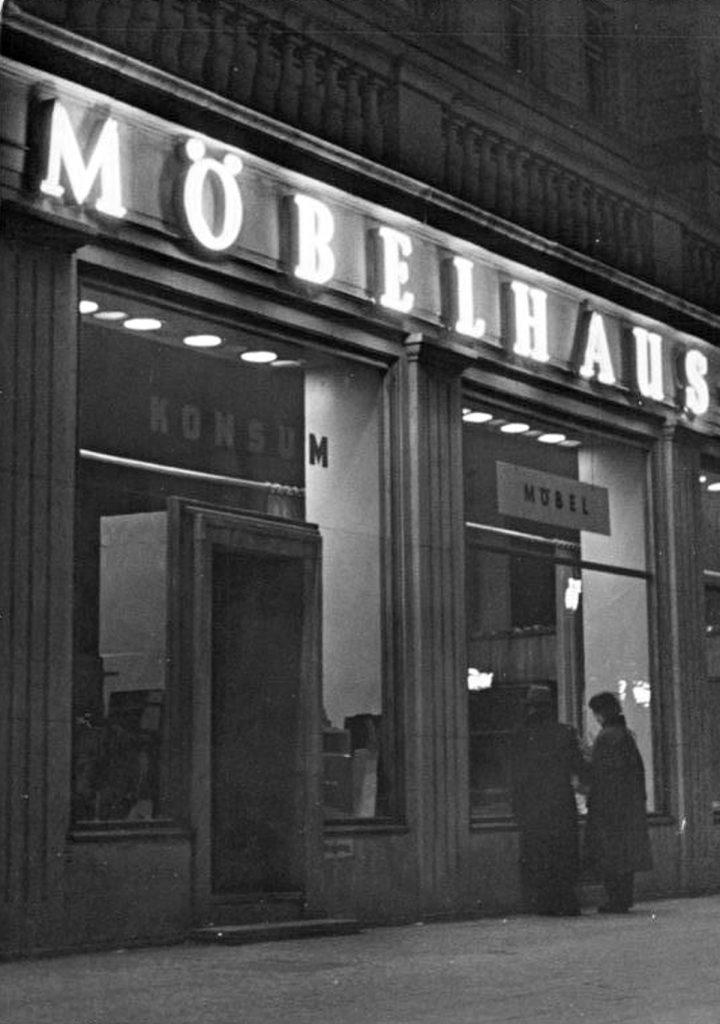 Möbelhaus Neonreklame | Quelle: Bundesarchiv Bild 183-23200-0003, Wikipedia Commons