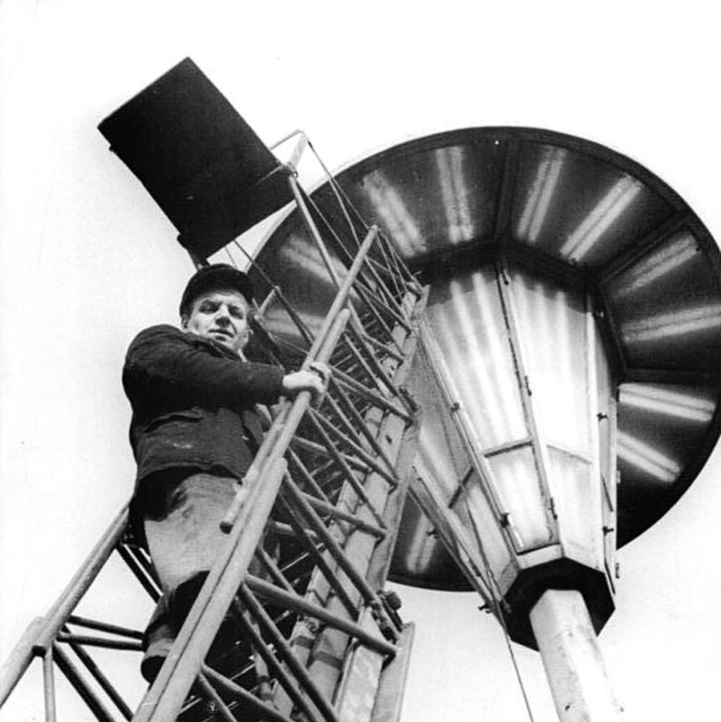 mit Neon | Quelle: Bundesarchiv Bild 183-52586-0005, Wikimedia Commons