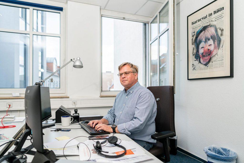 Sebastian Maetzel vom Callcenter dialog4good in der Boxhagener Straße, Berlin | Foto: Giovanni Lo Curto